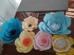 Було виготовлено паперові декоративні квіти, як  прикраси для сцени